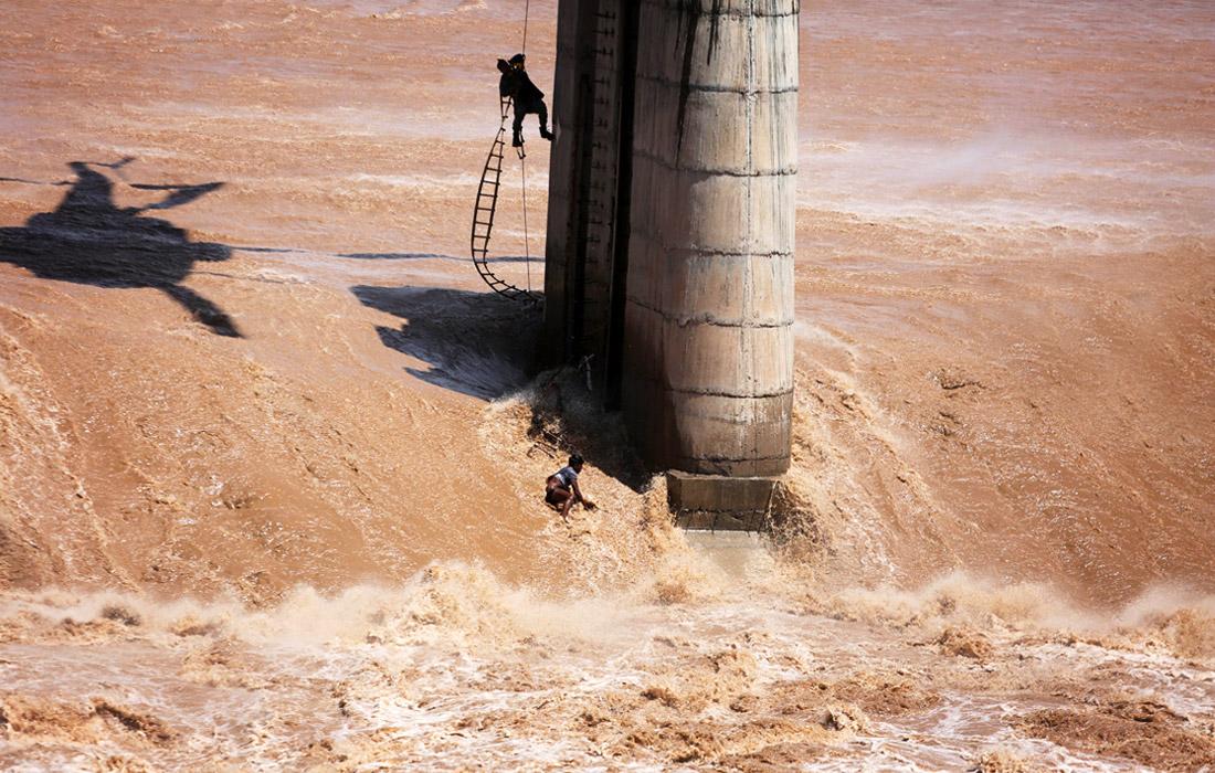 На северные районы Индии обрушились сильные муссоны, которые вызывали масштабные наводнения. Спасатели продолжают поисковые операции и оказание помощи пострадавшим.