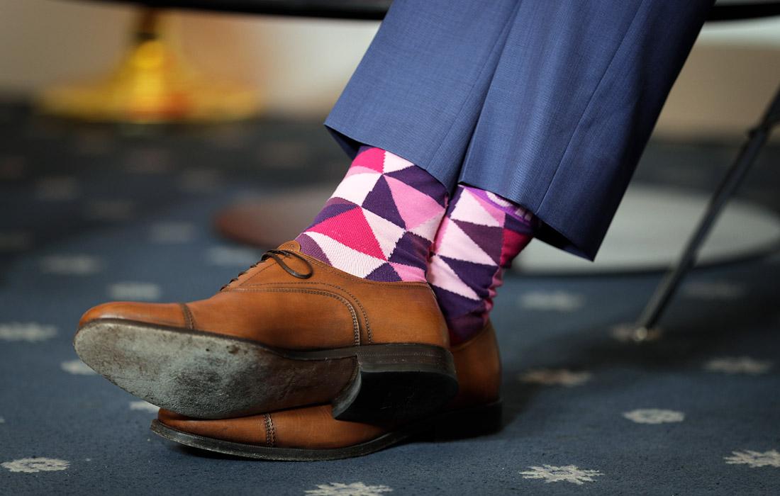 Также особое внимание фотографов было приковано к внешнему виду премьер-министра Канады. Строгие костюмы и классические ботинки политик сочетает с веселыми носками, что уже является его визитной карточкой.