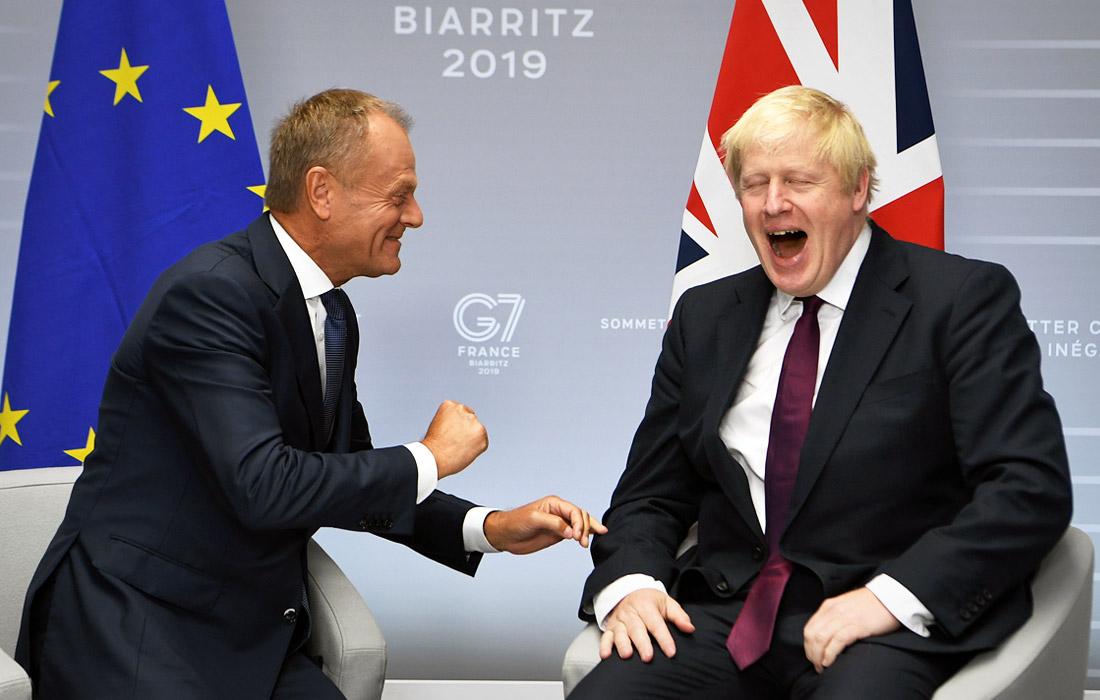 Премьер-министр Великобритании Борис Джонсон впервые прибыл на саммит G7, где одной из основных тем его переговоров с коллегами стал выход страны из ЕС. Джонсон ранее неоднократно заявлял, что Великобритания в любом случае покинет ЕС в оговоренные с Брюсселем сроки - 31 октября. В то же время, он отмечал, что заключение сделки с Брюсселем является для него приоритетной задачей.