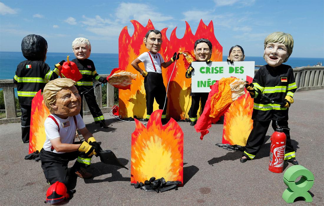 """Накануне встречи лидеров стран """"большой семерки"""" активисты организации Oxfam провели акцию протеста, требуя включить в повестку дня саммита лесные пожары в Амазонии"""