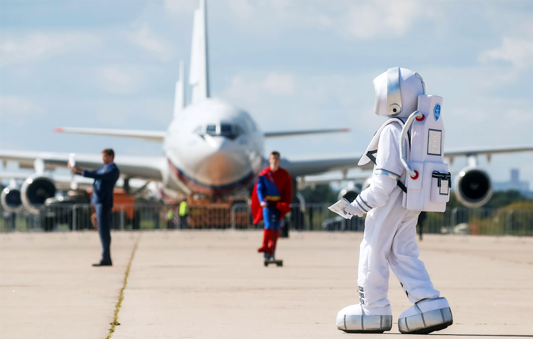 Промоутеры на авиасалоне МАКС в Подмосковье