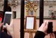 Сообщение о рождении нового члена королевской семьи появилось возле ограды Букингемского дворца