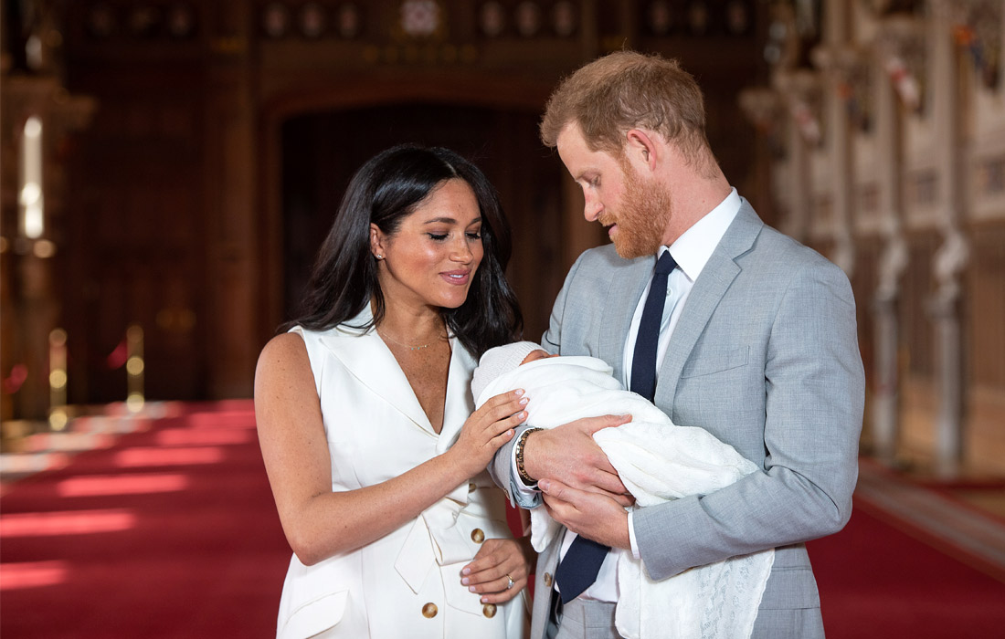 Младший внук королевы Великобритании герцог Сассекский Гарри и его супруга Меган Маркл с ребенком на руках вышли к журналистам в Виндзорском замке