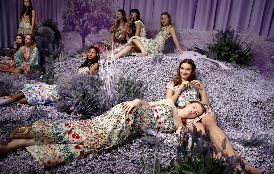 Модели во время презентации коллекции Alice+Olivia by Stacey Bendet