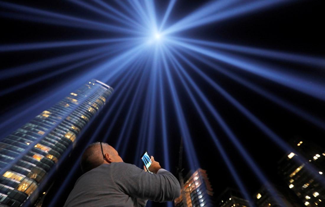 Cветовая инсталляция в память о жертвах терактов 11 сентября 2001 года в Нью-Йорке. 88 прожекторов, направленных в небо, создают два мощных луча света, похожих на башни-близнецы.