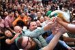 По традиции ровно в полдень обер-бургомистр баварской столицы откупоривает 200-литровую бочку со свежесваренным пивом и тем самым дает старт празднованию Октоберфеста. Открытие первой бочки является знаком для хозяев палаток, что можно разливать и продавать пиво.
