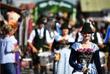 Главный символ фестиваля - баварские девушки, одетые в национальное платье дирндль. Наряд представляет собой сарафан с фартуком и повязанным на левую сторону бантом.