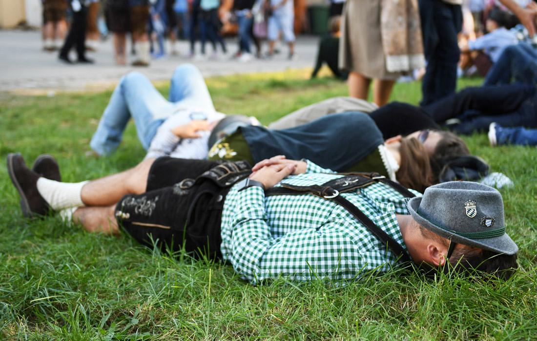 Довольные посетители укладываются спать прямо на газонах