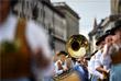 """Каждый год """"Октоберфест"""" открывается традиционным шествием, в котором принимают участие оркестры, стрелковые общества, общества национальных костюмов и около 40 празднично украшенных упряжек"""