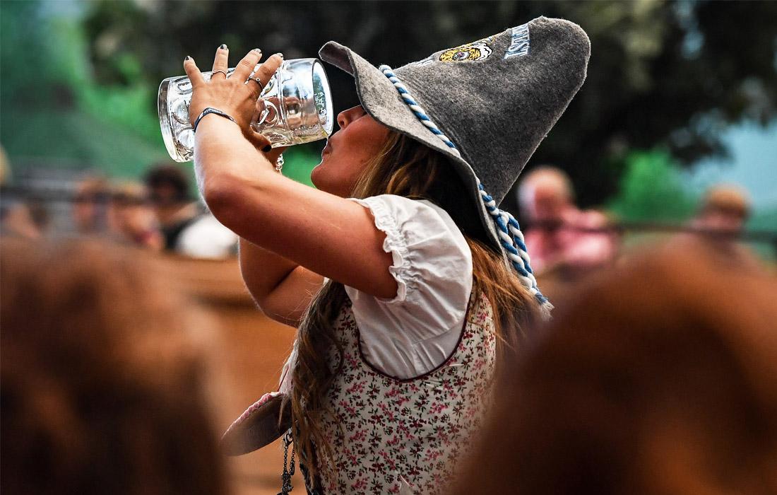 Ежегодно этот всемирно известный праздник посещают около 6 миллионов человек, приезжающих в Мюнхен со всех уголков Германии, а также из других стран