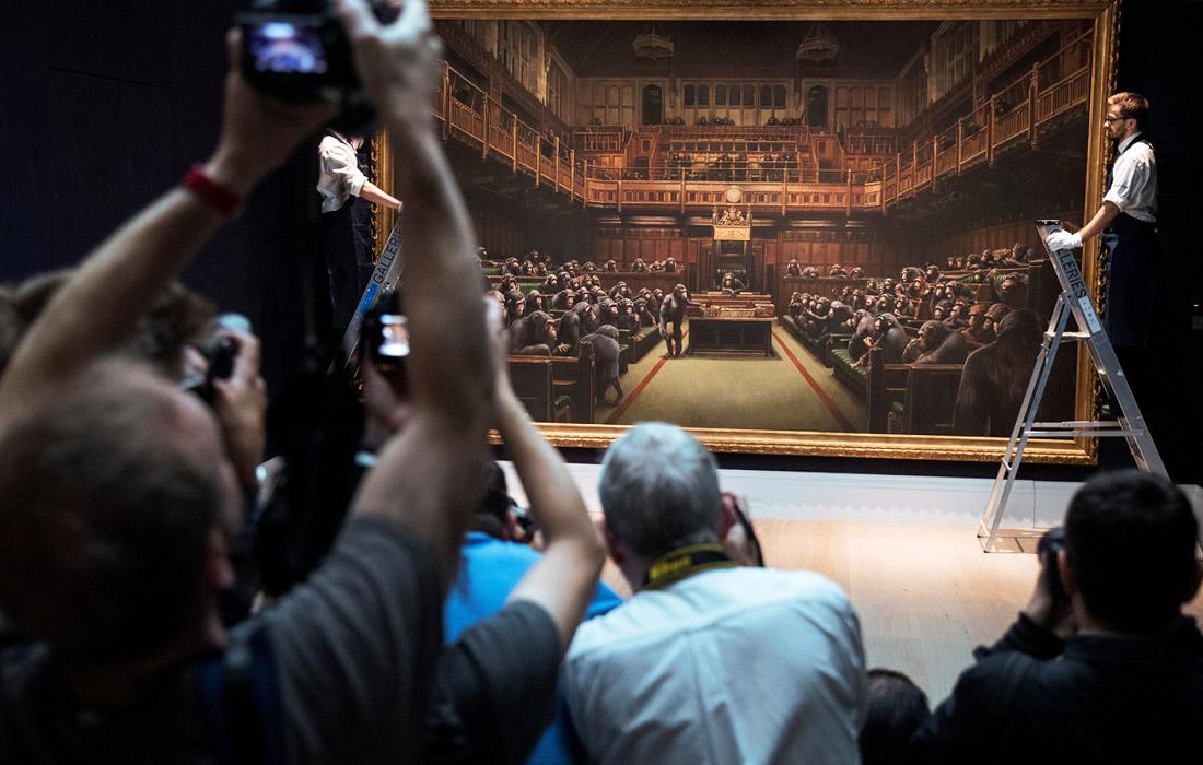 Работа уличного художника Бэнкси, изображающая членов британского парламента, будет выставлена на торги аукционного дома Sotheby's. Оценочная стоимость картины $1,9-2,5 млн.