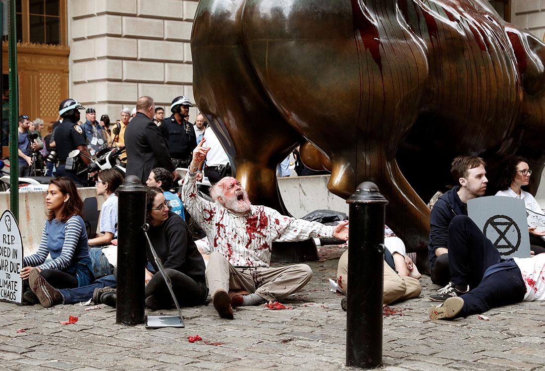 Движение Extinction Rebellion (XR), блокирующее автомобильное движение, чтобы привлечь внимание властей к экологическим проблемам, проводит акции сразу в нескольких городах мира (на фото Нью-Йорк)