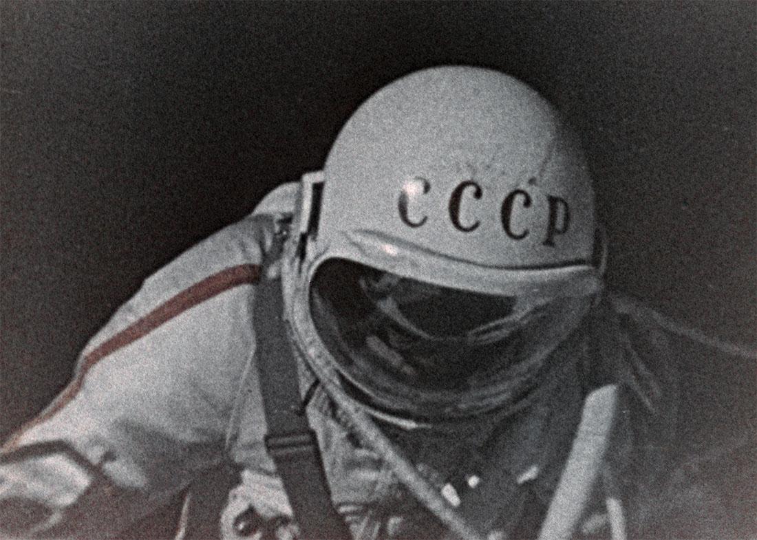Космонавт Алексей Леонов во время выхода в открытый космос. 1970 год.