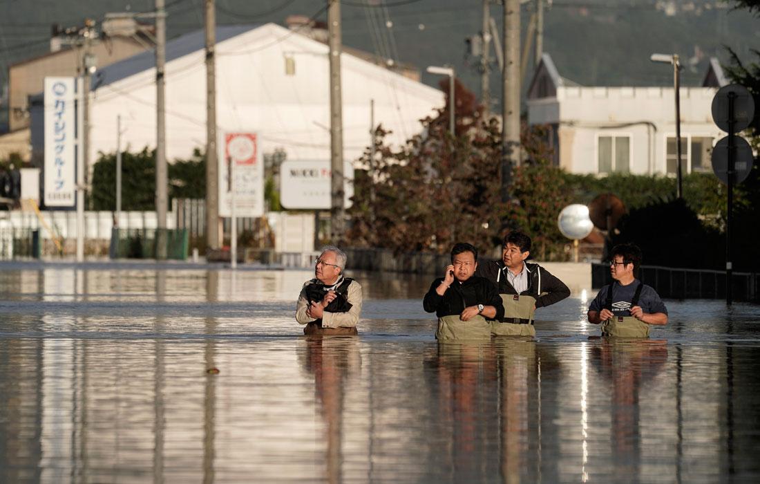 Японские сотрудники проверяют свои офисы после тайфуна Хагибис