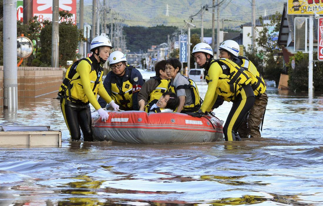 Спасатели эвакуируют пострадавших из затопленной зоны в префектуре Нагано