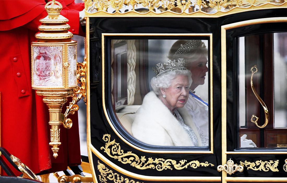 Королева Великобритании Елизавета II прибыла на церемонию открытия в карете, запряженной лошадьми, в сопровождении королевской конной гвардии