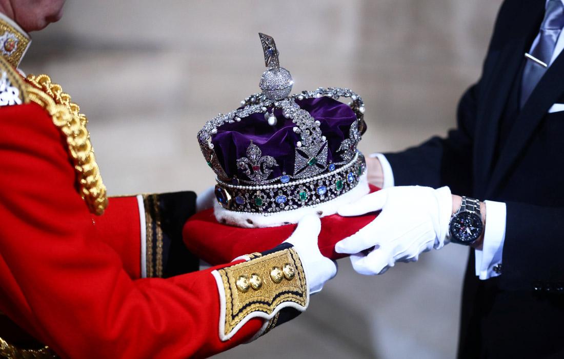 Вопреки традиции королева появилась на церемонии не в императорской короне весом почти полтора килограмма, которая стала слишком тяжела для нее, а в диадеме Георга IV. Корону доставили в парламент на специальной бархатной подушке как символ власти.
