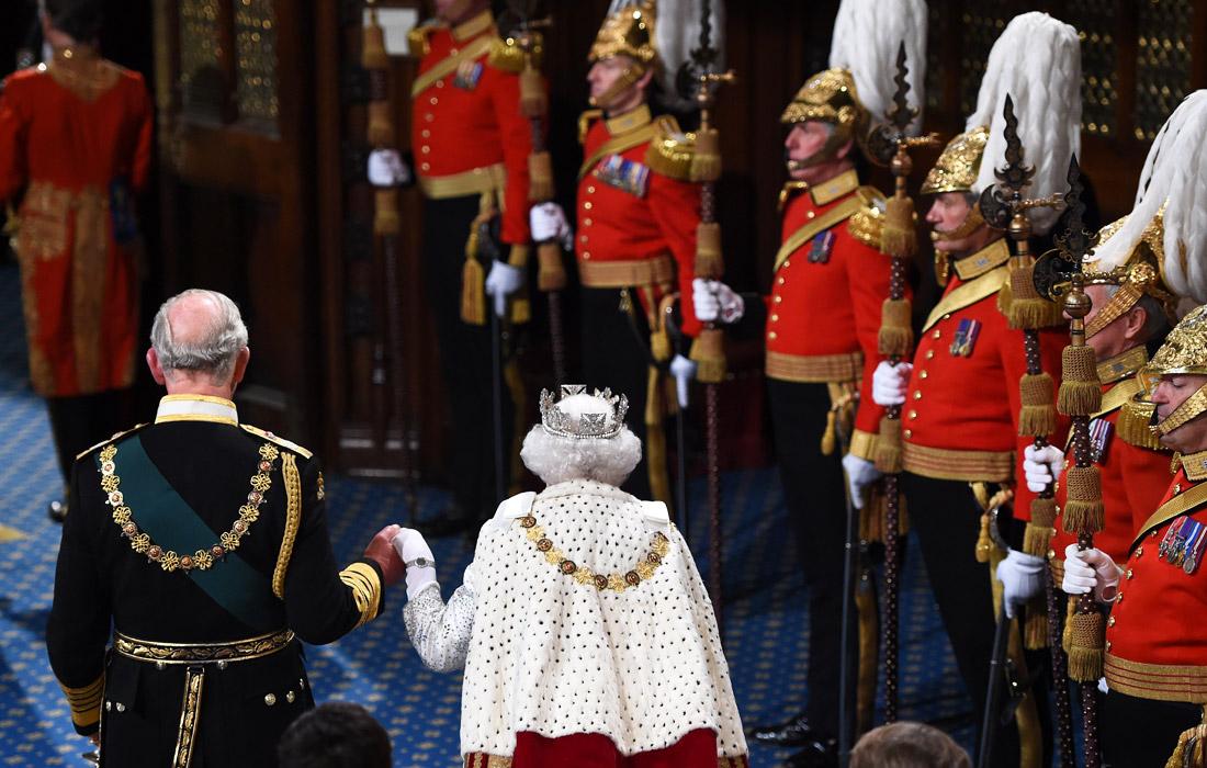 Елизавета II прибыла в палату лордов вместе со своим сыном - наследным принцем Чарльзом. Ее супруг принц Филипп в 2017 году отошел от дел и перестал исполнять свои церемониальные обязанности.