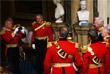 На церемонии присутствовали члены палаты лордов, одетые в церемониальные платья, а также иностранные послы, дипломаты и представители судебной системы