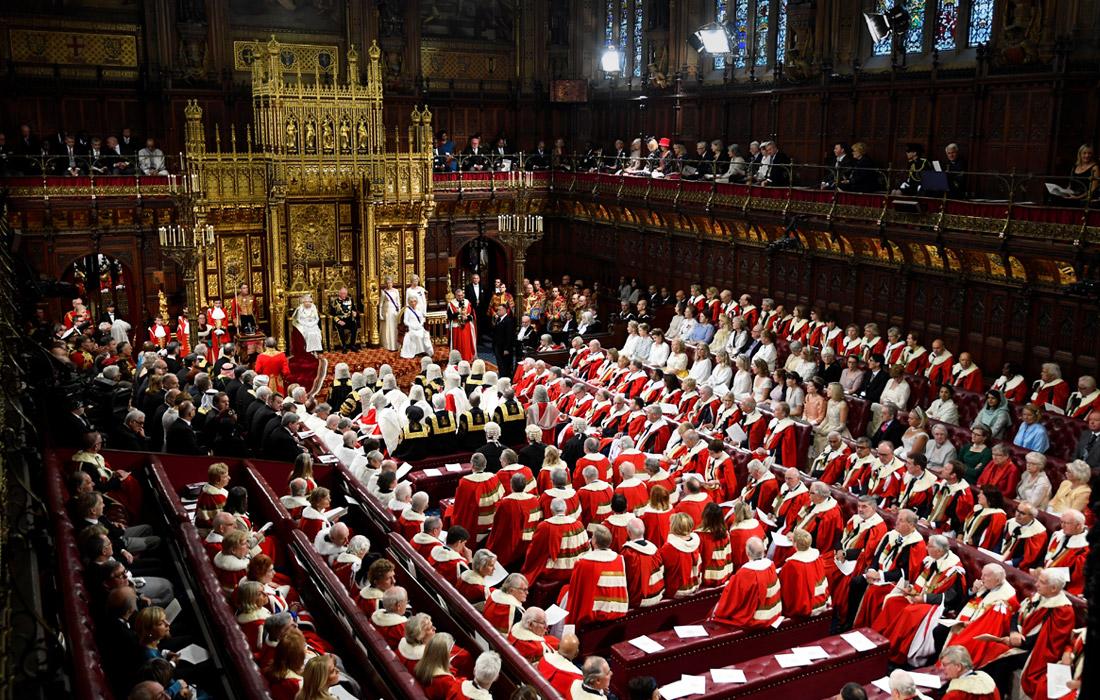 """Новая сессия парламента открылась """"Речью Королевы"""", традиционной церемонией, когда монарх зачитывает текст правительства о его основных приоритетах на грядущий год"""