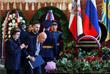 Первая женщина-космонавт, депутат Госдумы Валентина Терешкова и астронавт НАСА Томас Стаффорд во время прощания с Алексеем Леоновым