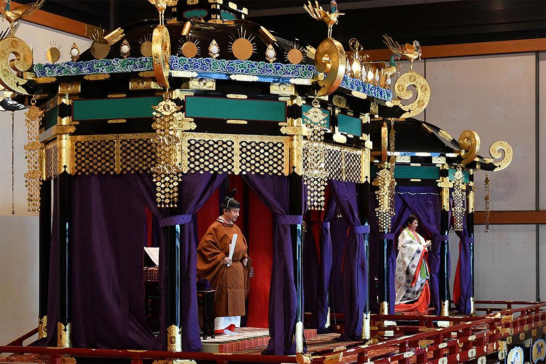В честь значимого события император помиловал 550 тысяч человек, осужденных за незначительные преступления, в том числе нарушения правил дорожного движения и избирательного законодательства.