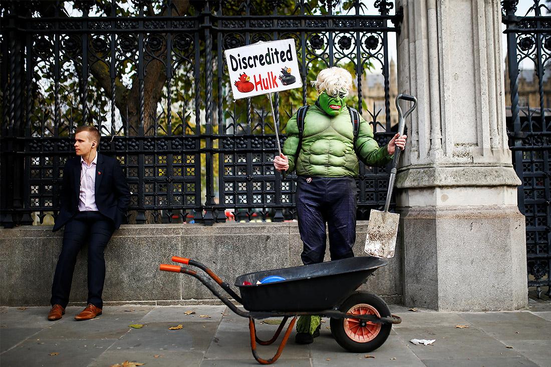 Мужчина в костюме Халка провел пикет у стен парламента в Лондоне
