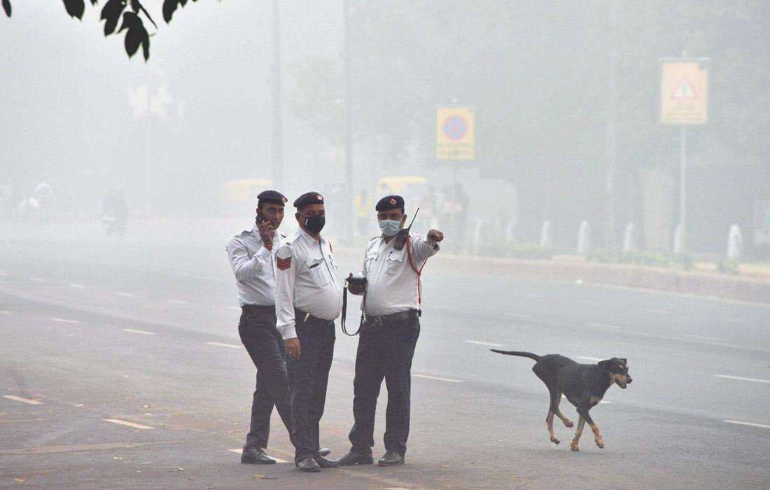 Показания содержания вредных частиц PM 2,5 более чем в семь раз превышают показатели другой печально знаменитой грязным воздухом столицы - Пекина. Также они в несколько раз превышают уровень, признанный ВОЗ безопасным.