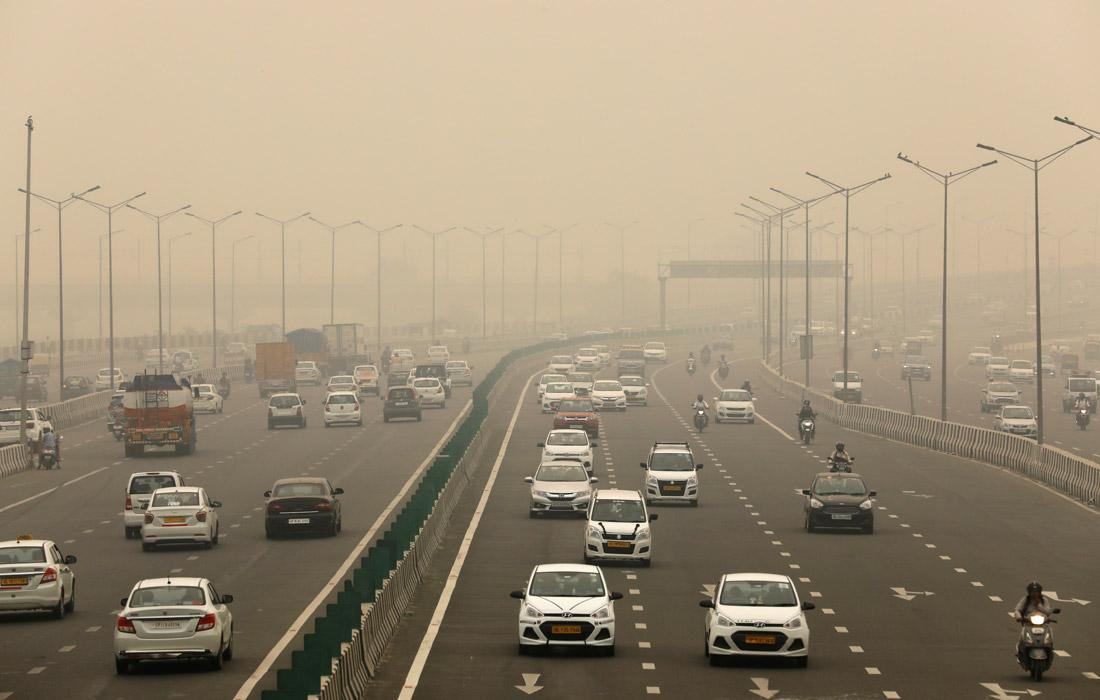 """В связи с превышением допустимой нормы загрязнения воздуха в Дели власти приняли решение об ограничении движения в городской черте частных автомобилей. Движение машин, регистрационные номерные знаки которых заканчиваются на четную цифру, не имеют права выезжать по нечетным датам, и, наоборот, автомобили с """"нечетными"""" номерами будут простаивать по четным дням. Власти заявили, что почти 1,2 миллиона зарегистрированных транспортных средств в Дели ежедневно не будут выезжать на улицы города в течение двух недель."""