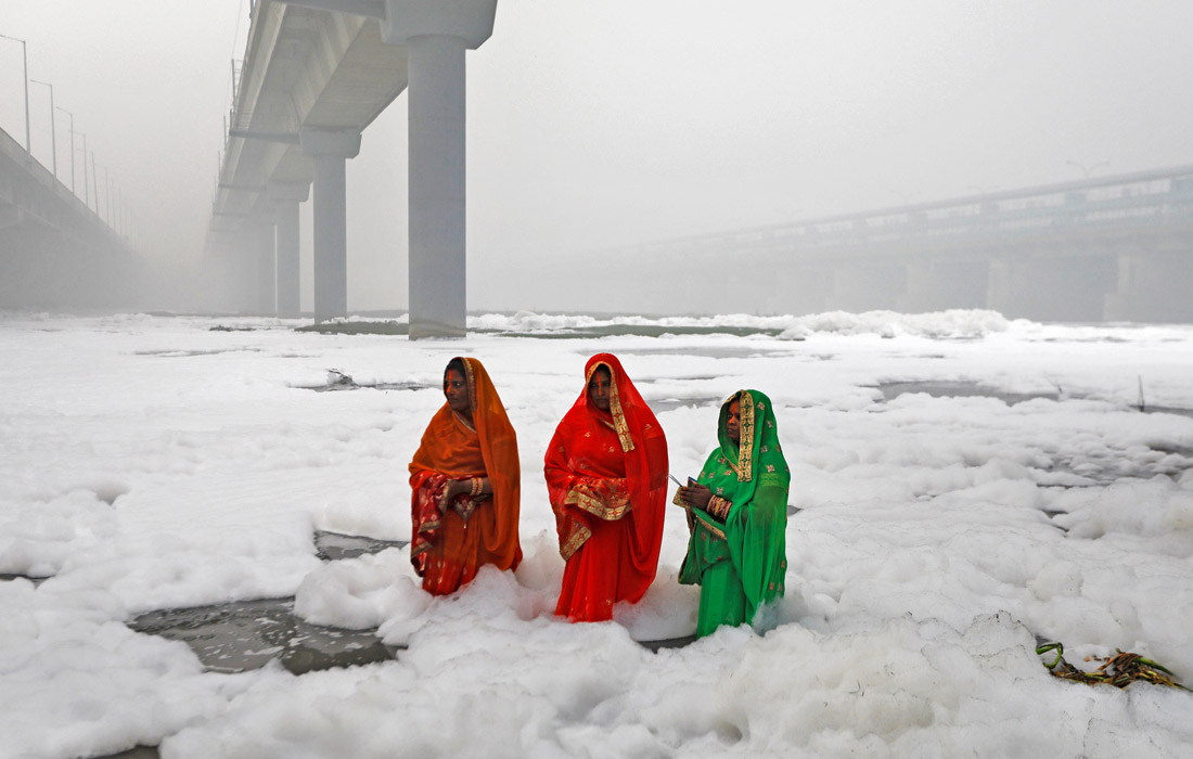 Загрязнение воздуха усугубляет национальный праздник Дивали, который отмечается в последних числах октября. Во время празднеств по всей Индии устраивают фестиваль огней, зажигают свечи и фонарики, взрывают петарды и запускают фейерверки. Верховный суд страны ранее постановил, что фейерверки на праздник можно запускать только два часа ночью, однако жители Дели проигнорировали это ограничение.