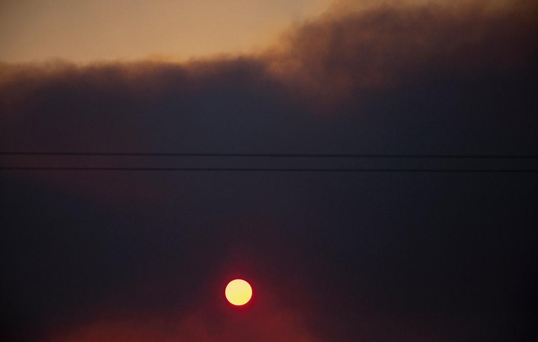 Дым от лесного пожара возле города Тари