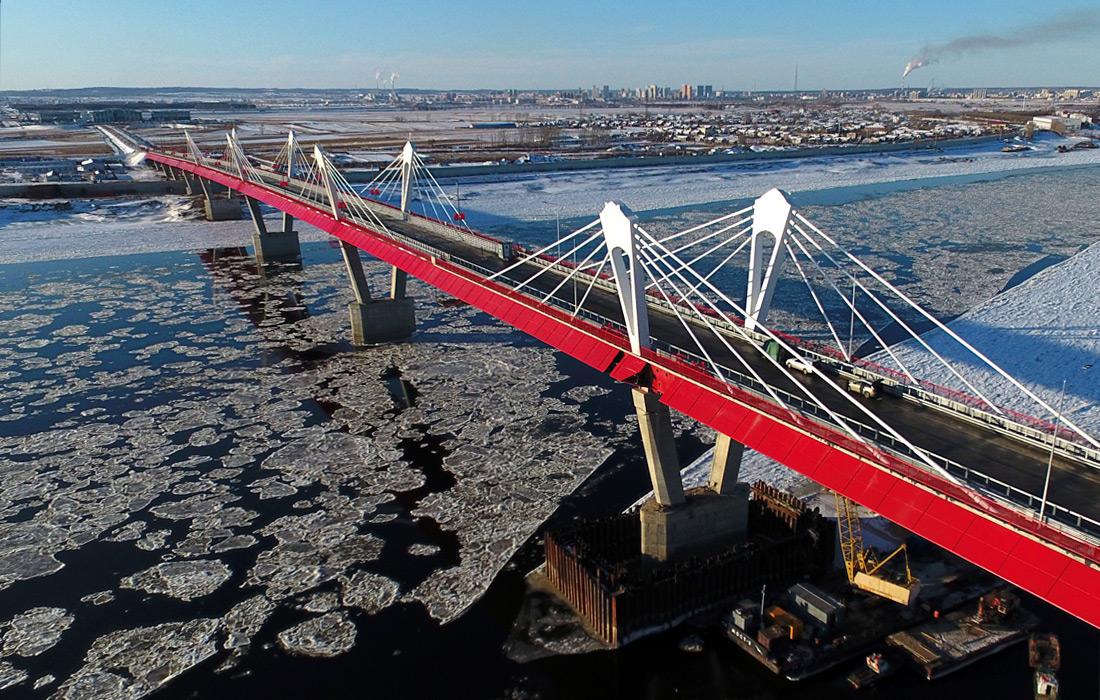 Протяженность двухполосного моста составляет чуть более километра, по 540 метров с российской и китайской сторон. Большой объем работ пришелся и на подъездные пути. Общая протяженность мостового перехода составляет 20 км, из них 6 км дороги в Китае и 13 км подъездных путей на российской территории.