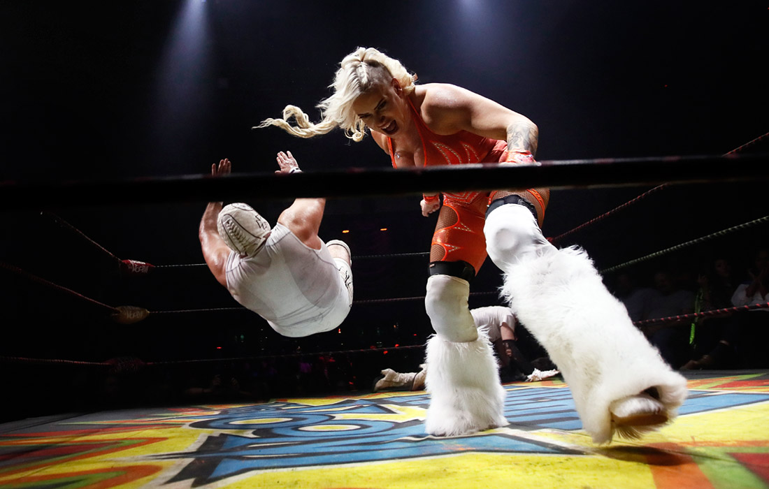 Участники реслинг-шоу Lucha VaVoom в Лос-Анджелесе. 23 октября.
