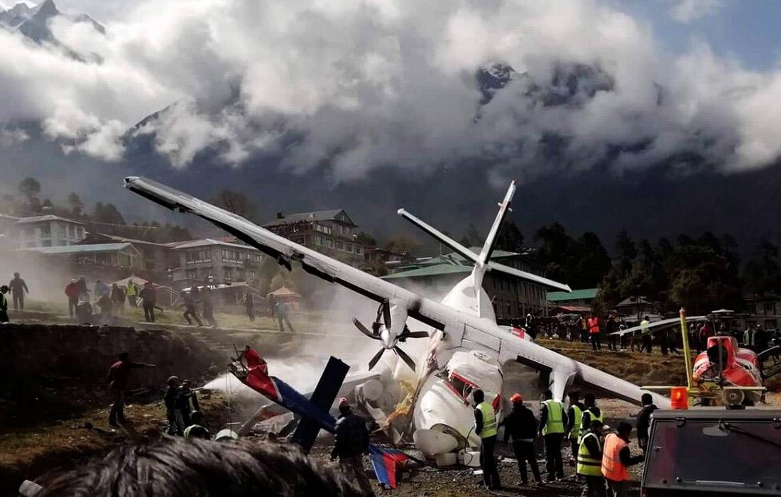 """14 апреля в аэропорту на востоке Непала самолет при рулении столкнулся с вертолетом. В результате происшествия два человека погибли, еще пять пострадали. Аэропорт """"Тенцинг-Хиллари"""" считается одним из самых опасных в мире из-за короткой взлетно-посадочной полосы и окружающих гор."""