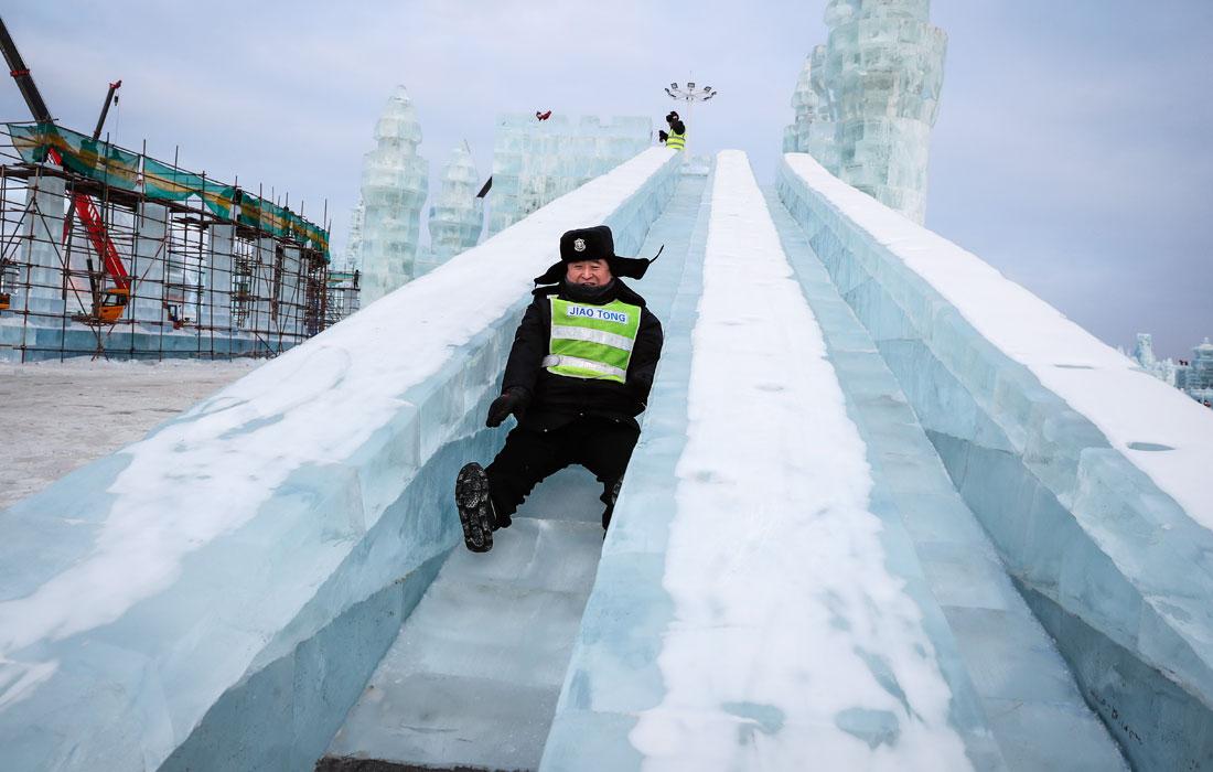 Один из охранников ежегодного фестиваля ледовых и снежных скульптур в Харбине неожиданно забыл, сколько ему лет
