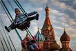 Дети катаются на карусели на Красной площади