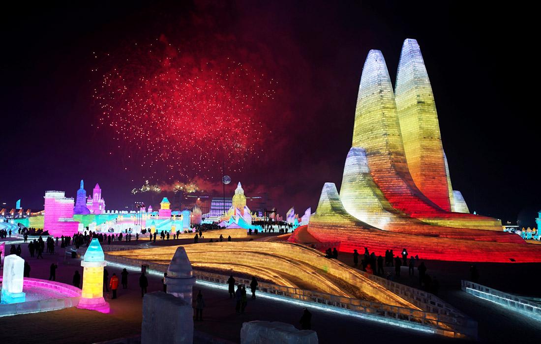 В ночное время для подсветки льда используются разноцветные огни