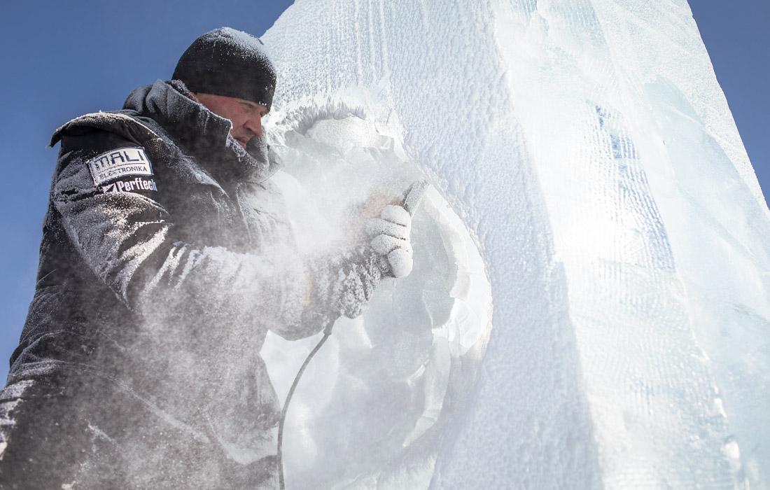 Материал для фигур заготавливают в начале декабря из протекающей рядом реки Сунгари. Над ледяными фигурами работают профессиональные скульпторы.