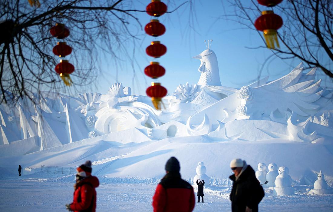 Ледяные и снежные скульптуры изображают уменьшенные копии всемирно известных памятников и зданий, животных, людей и мифических существ