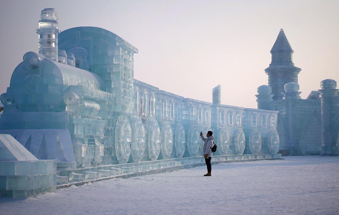 На создание скульптур для фестиваля ушло более 200 тыс. кубометров снега и льда