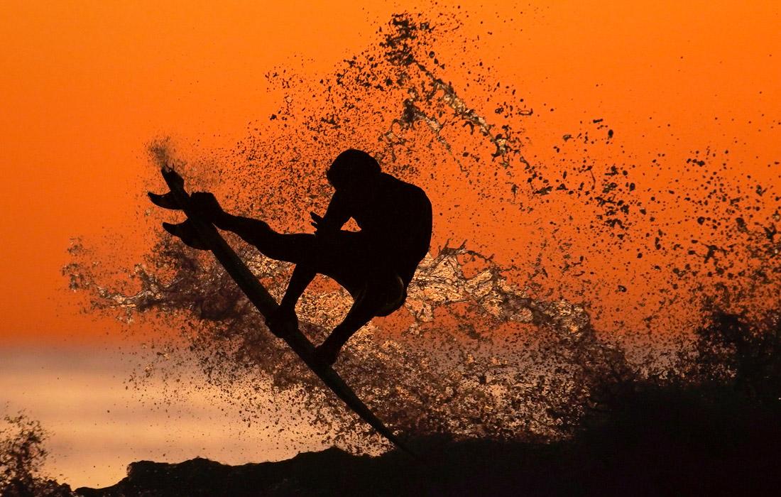 Серфер ловит волну в Кардиффе, Калифорния