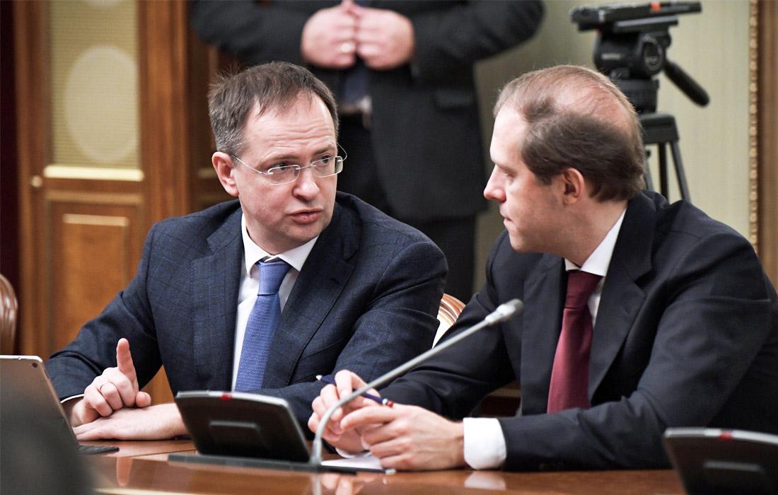 Министр культуры РФ Владимир Мединский и министр промышленности и торговли РФ Денис Мантуров (слева направо)
