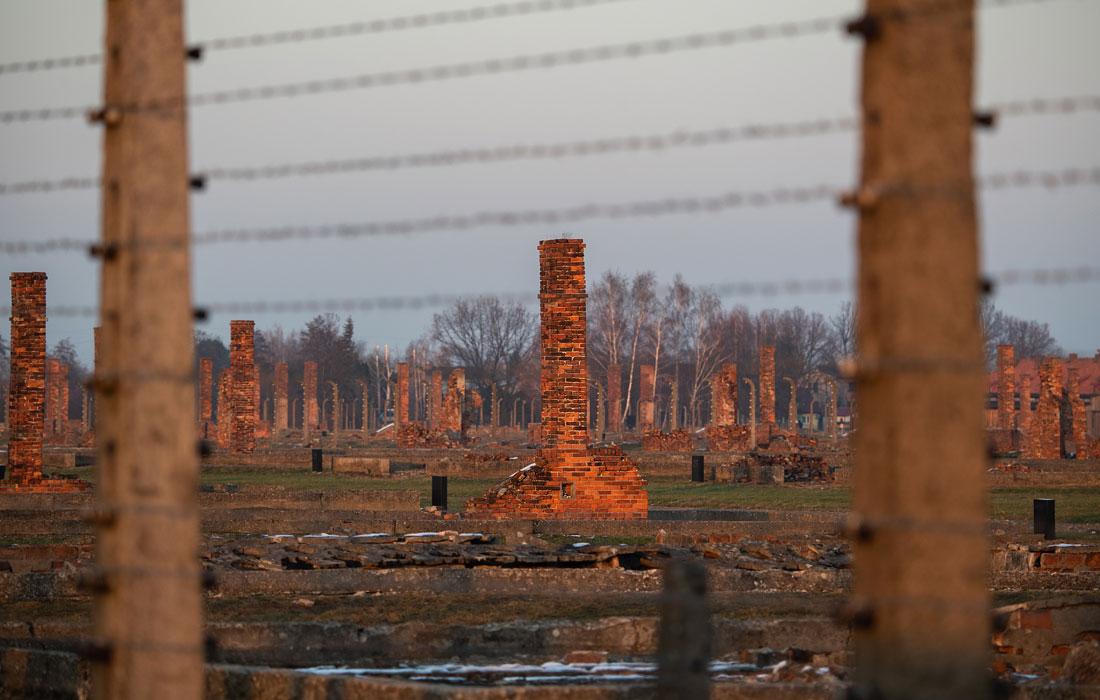 Дымоходы бывших казарм заключенных в лагере смерти