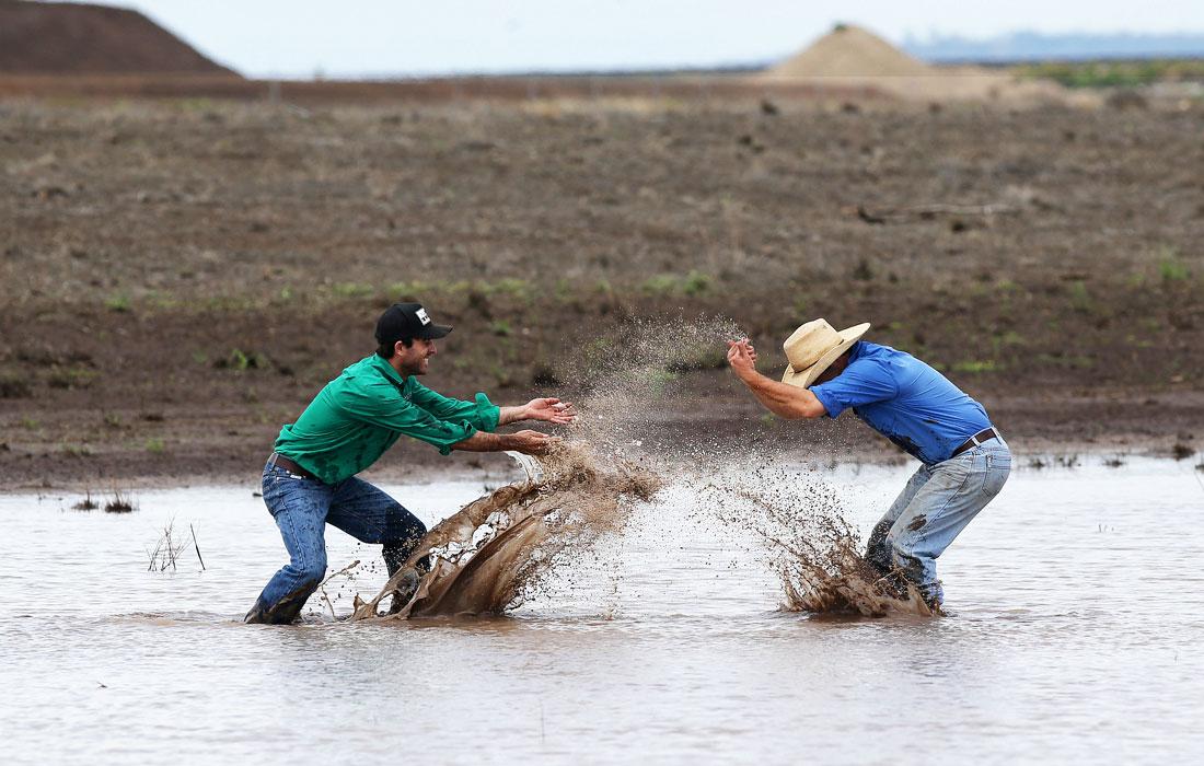 Австралийские фермеры из штата Новый Южный Уэльс радуются долгожданному дождю после продолжительной засухи и разрушительных лесных пожаров в стране