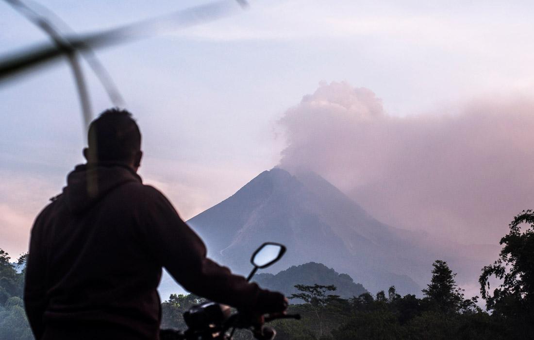 На острове Ява в Индонезии началось извержение вулкана Мерапи
