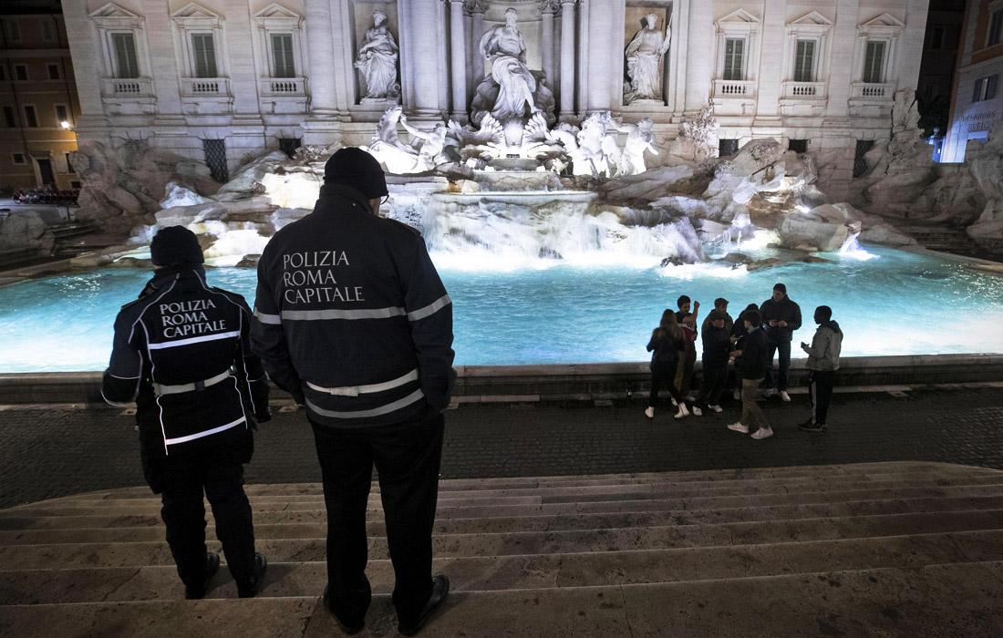 В Риме из-за коронавируса туристам запретили стоять у фонтана Треви. Таким образом в городе борются с большими скоплениями людей, способствующими распространению вируса.