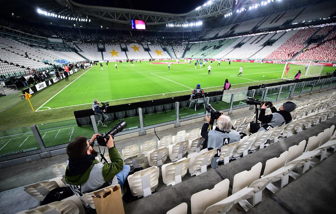 Вводится запрет на проведение спортивных соревнований. Приостанавливаются матчи Серии А - главного дивизиона чемпионата Италии по футболу. Ограничения коснутся и любительского спорта. К примеру, решено на время закрыть фитнес-центры.