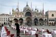 Владельцы ста ресторанов в Милане, входящих в объединение ресторанных брендов Италии, также решили закрыть свои заведения. Бары и рестораны могут продолжать работать при условии, что между посетителями обеспечено расстояние не менее одного метра. На фото: пустой ресторан на площади Сан-Марко в Венеции.