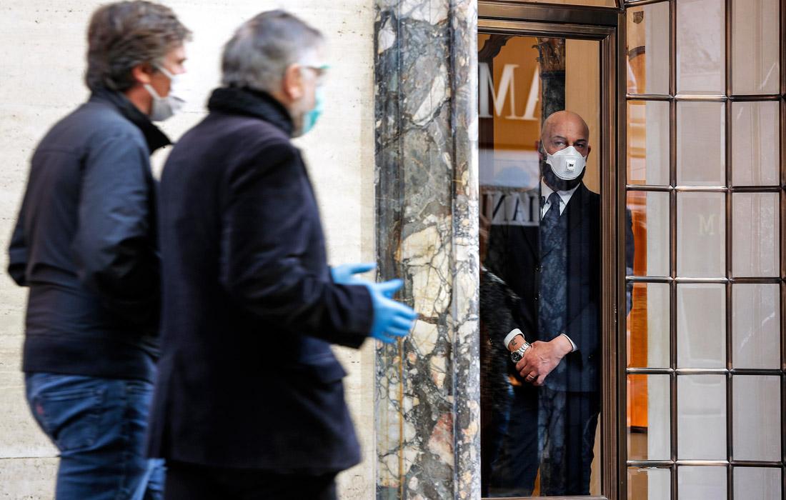 Компания Giorgio Armani решила временно закрыть свои магазины, рестораны и гостиницу в Милане. В конце февраля Armani, чтобы противостоять распространению коронавируса, провела модный показ без зрителей.