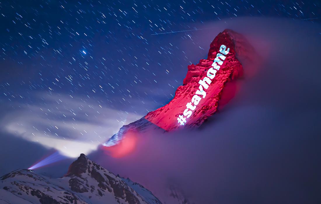 """Надпись """"оставайтесь дома"""" на швейцарской горе Маттерхорн"""